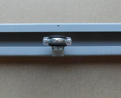 Morsetto fissaggio tubo olio ascensore fissato a traversa castelletto. Girato verso l'interno