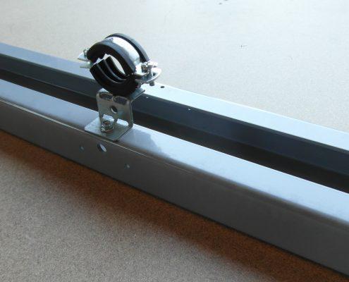 Morsetto fissaggio tubo olio ascensore fissato a traversa castelletto. Componenti per ascensori