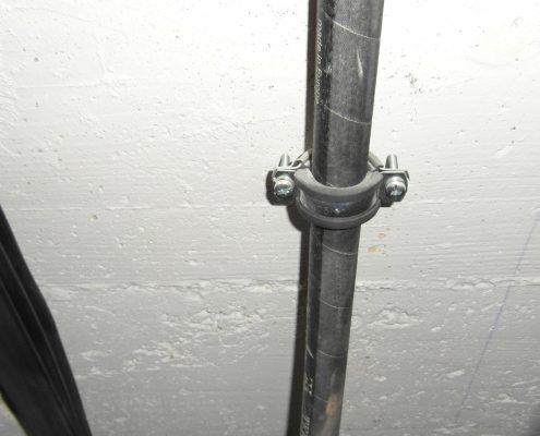 Morsetto ad anello con gomma antivibrante fissato a muro. Componenti per ascensori.