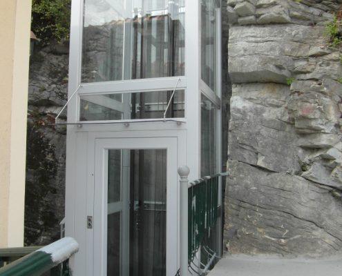 Porta a battente per ascensore con finestra panoramica.