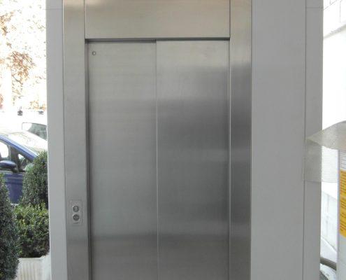 Porta scorrevole per ascensore chiusura dx , acciaio inox montata su struttura a castelletto